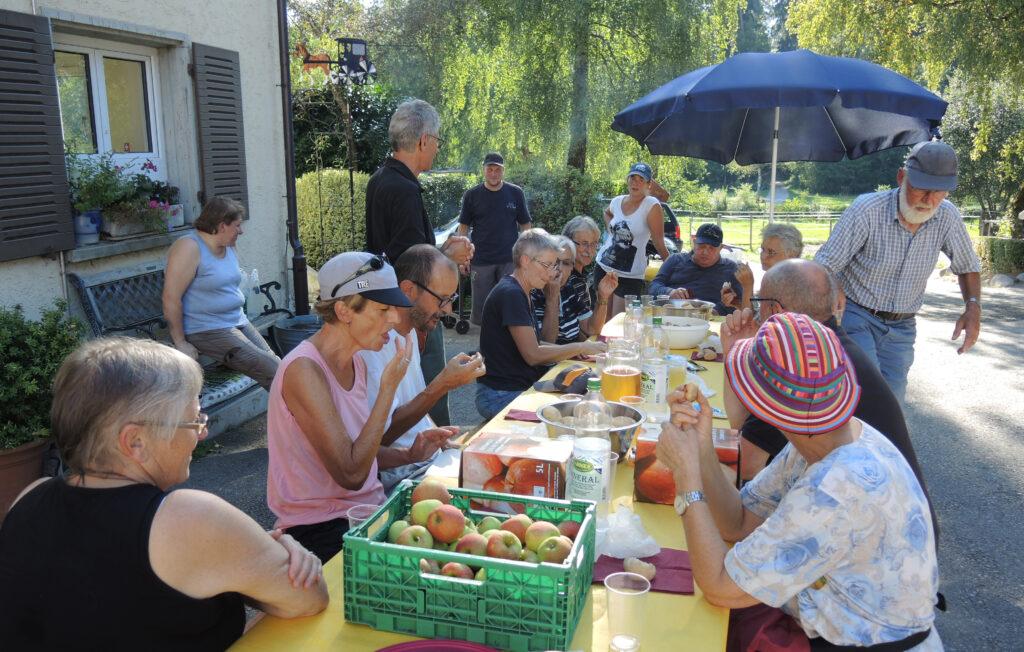 Die Helfer der Goldruten-Jätaktion im Waldried Mösli werden von der Familie von Urs Temperli auf dem Waldhof bewirtet.